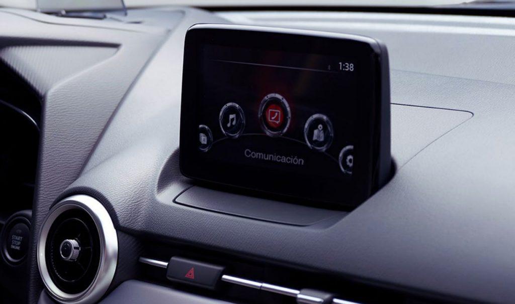 Mazda 2 sedán 2021 en México - pantalla touch multimedia
