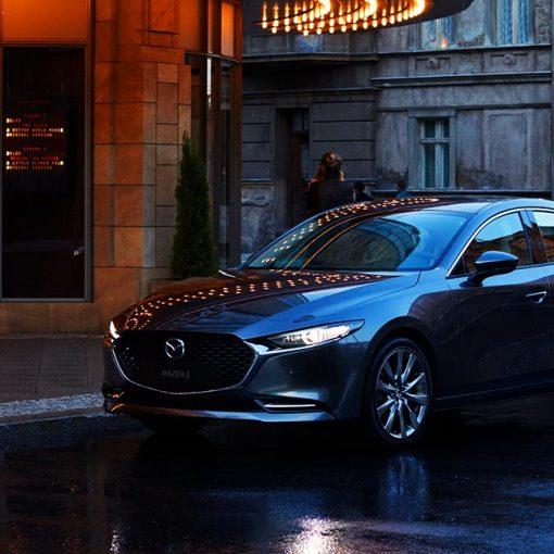 Mazda 3 sedán 2021 en México frente estacionado