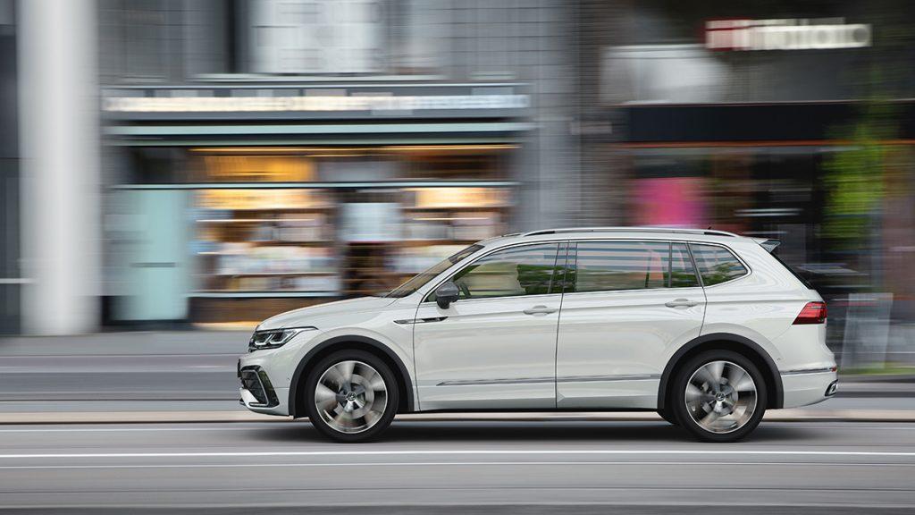 Volkswagen Tiguan 2022 color blanco de lado