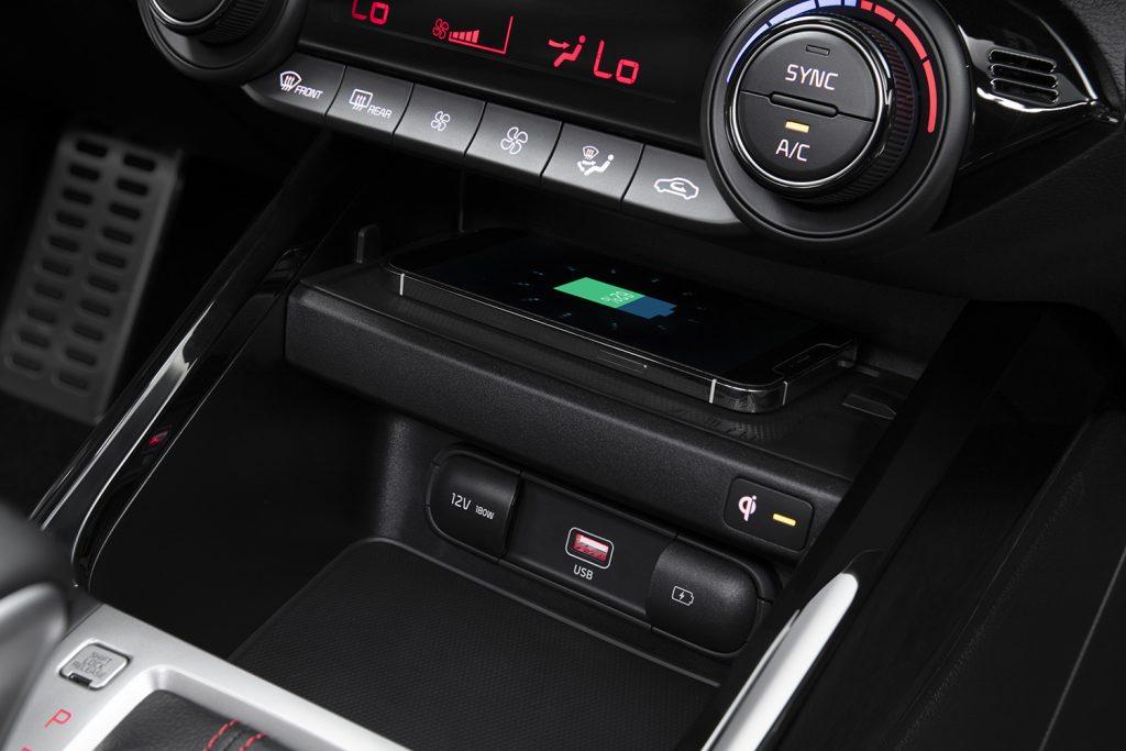 Kia Forte 202 en México - interior aire acondicionado y carga inalámbrica de smartphone