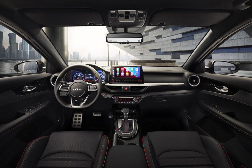 Kia Forte 202 en México - interior pantalla touch, volante con controles, tablero y palanca de velocidades