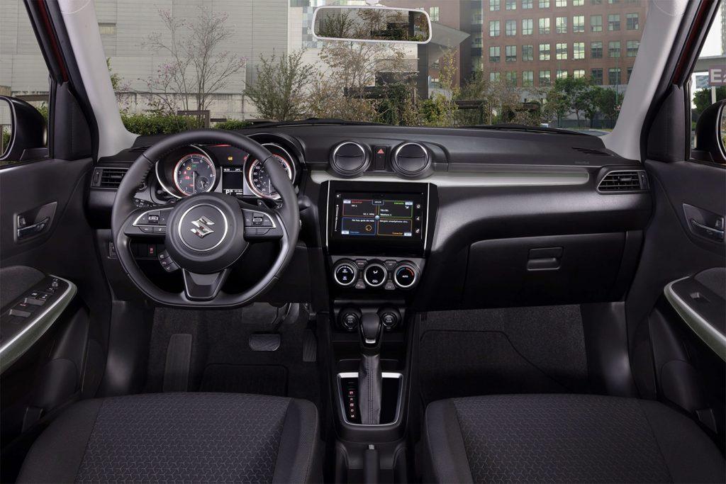 Suzuki Swift 2021 en México interior pantalla touch navegador