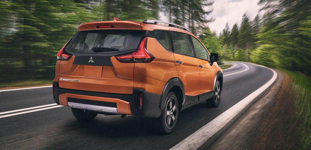 Mitsubishi Xpander Cross 2022 en México posterior en carretera