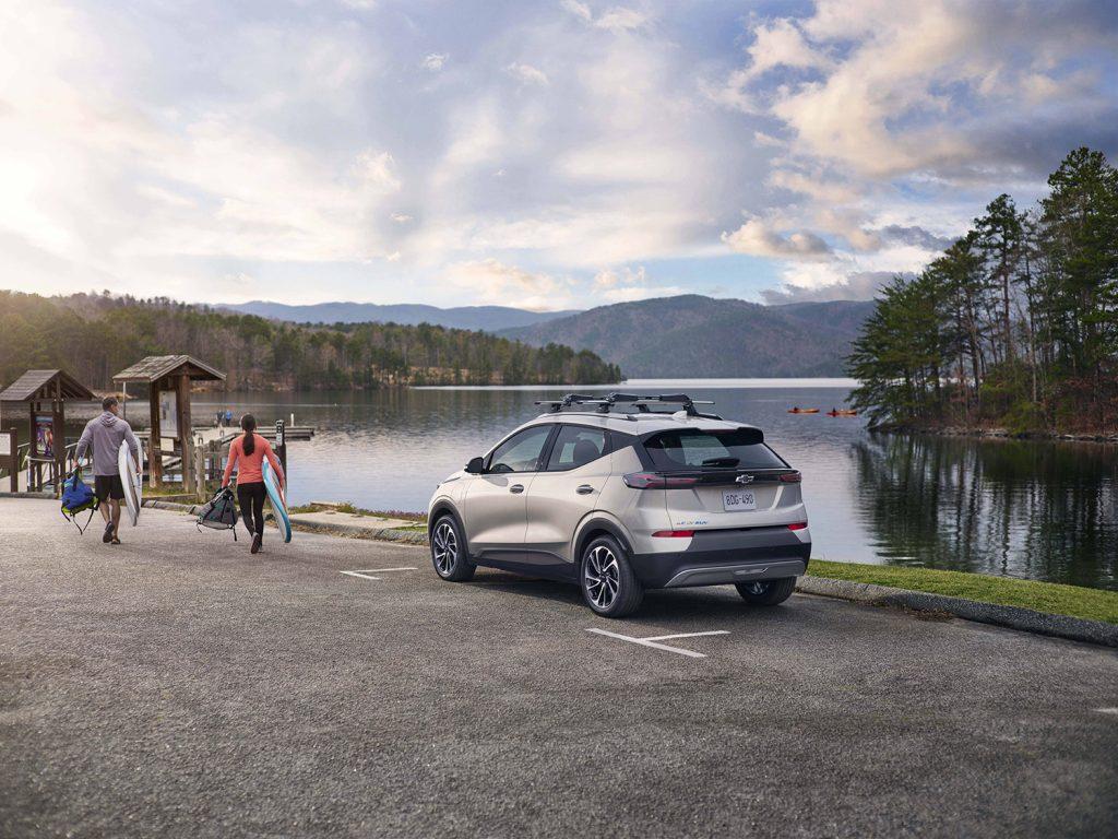 Chevrolet Bolt EUV 2022 en México exterior en lago estacionada