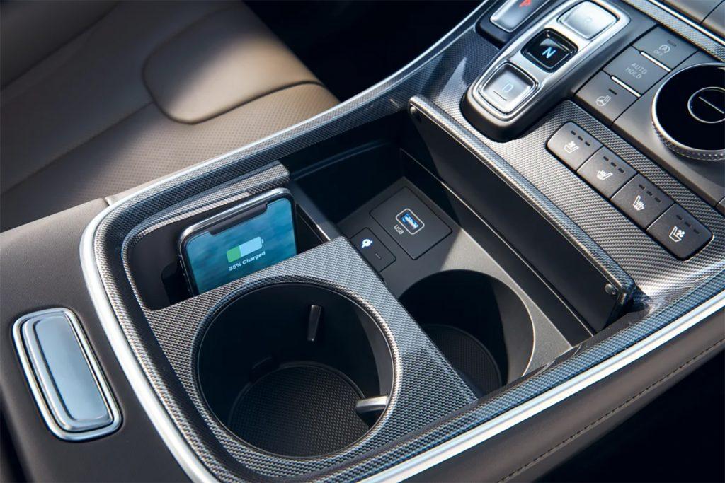 Hyundai Santa Fe 2022 en México, cargador inalámbrico en consola