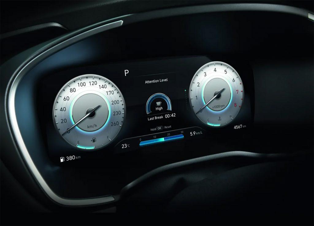 Hyundai Santa Fe 2022 en México, clúster en tablero a color y amplio
