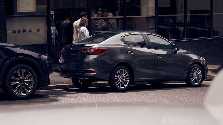 Mazda 2 sedán 2022 México color gris en calle
