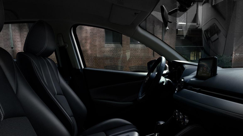 Mazda 2 sedán 2022 México interior volante y asientos