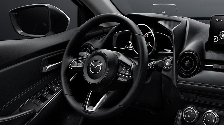 Mazda 2 2022 México interior volante con controles