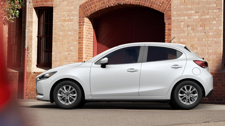 Mazda 2 hatchback 2022 México color blanco lateral