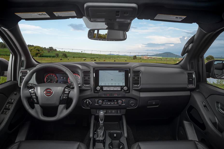 Nissan Frontier V6 PRO-4X 2022 en México interior volante pantalla touch