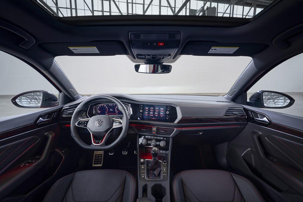 Volkswagen Jetta 2022 en México - renovado interior con volante, pantalla, tablero y quemacocos
