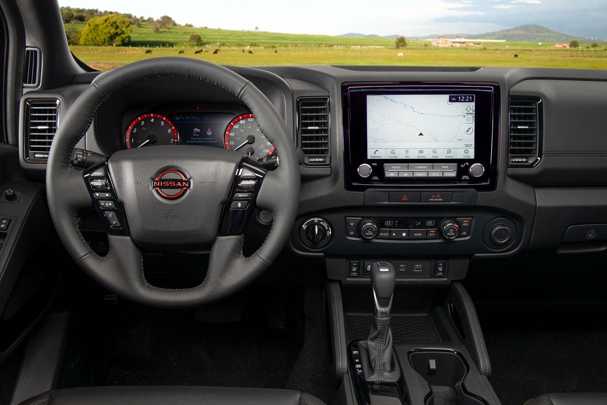 Nissan Frontier V6 PRO-4X 2022 en México interior volante, pantalla y tablero