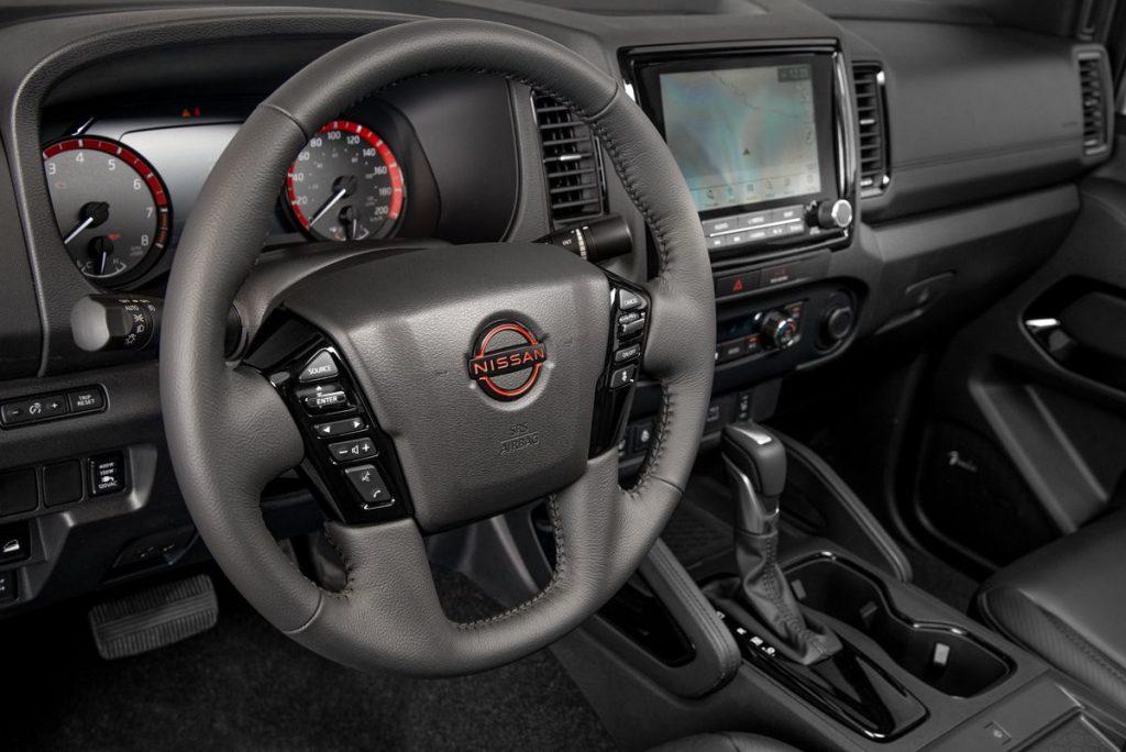 Nissan Frontier V6 PRO-4X 2022 en México interior volante, pantalla y palanca
