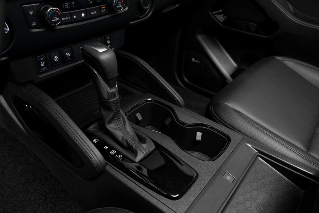 Nissan Frontier V6 PRO-4X 2022 en México interior palanca de cambios