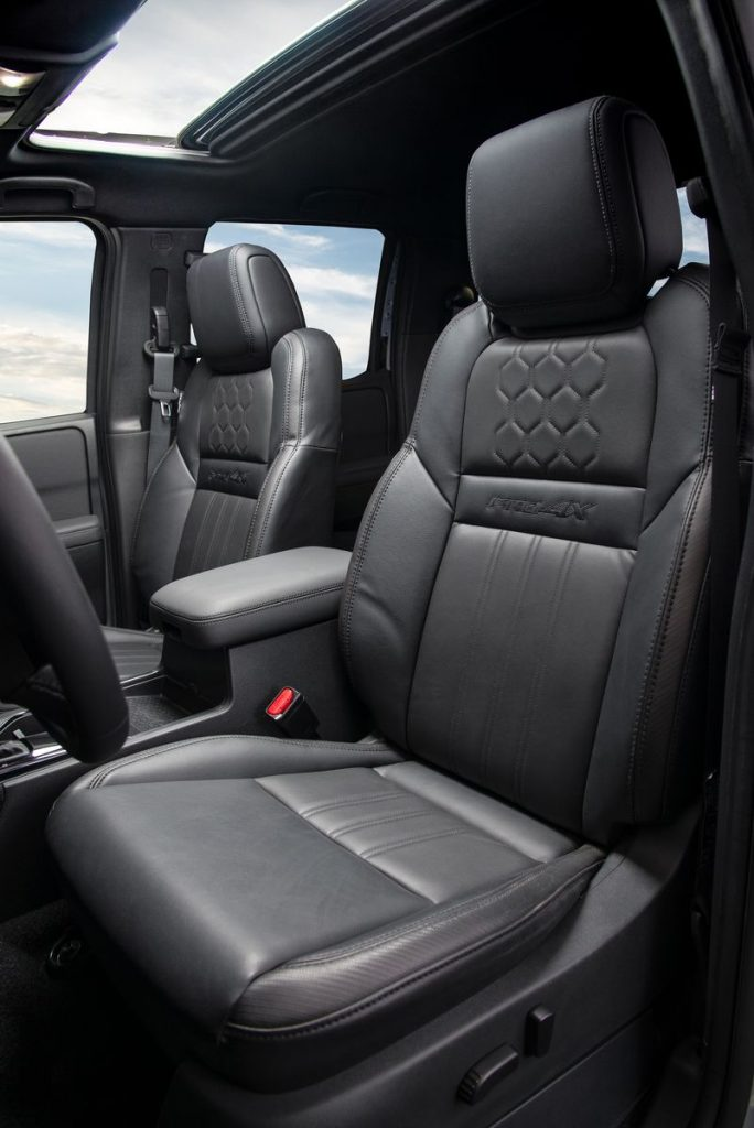 Nissan Frontier V6 PRO-4X 2022 en México interior asientos y quemacocos
