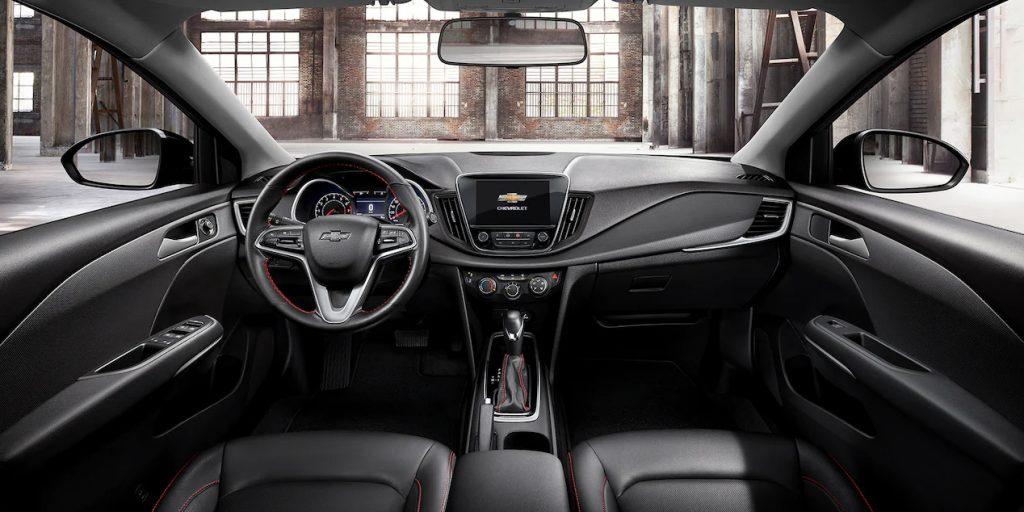Chevrolet Cavalier RS Turbo 2022 interiores tablero, pantalla, volante y palanca