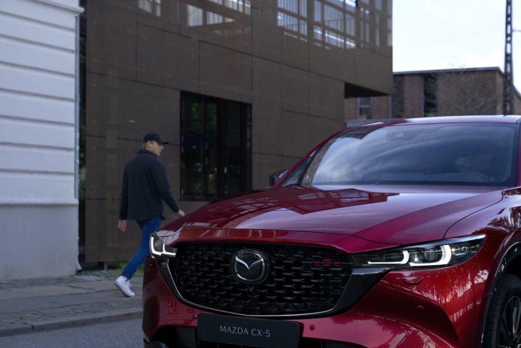 Mazda CX-5 2022 estacionado frente color rojo, parrilla