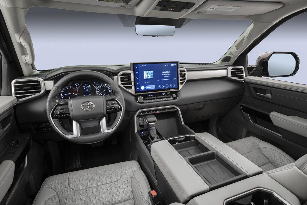 Toyota Tundra 2022 interior con pantalla amplia touch con Android Auto y Apple CarPlay