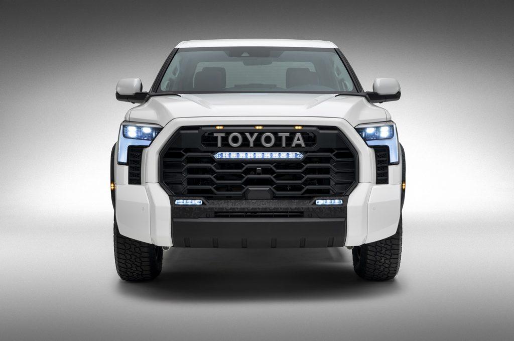Toyota Tundra 2022 color blanco parrilla y faros LED