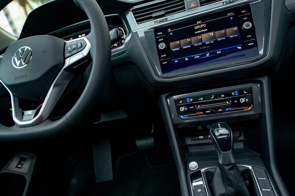 Volkswagen Tiguan 2022 en México - interior pantalla touch y palanca