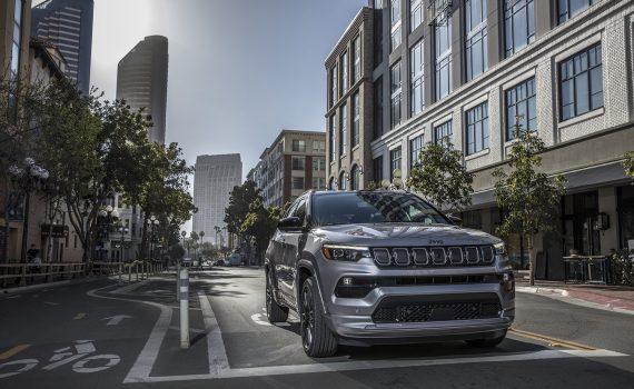 Jeep Compass 2022 color plata diseño exterior parte frontal