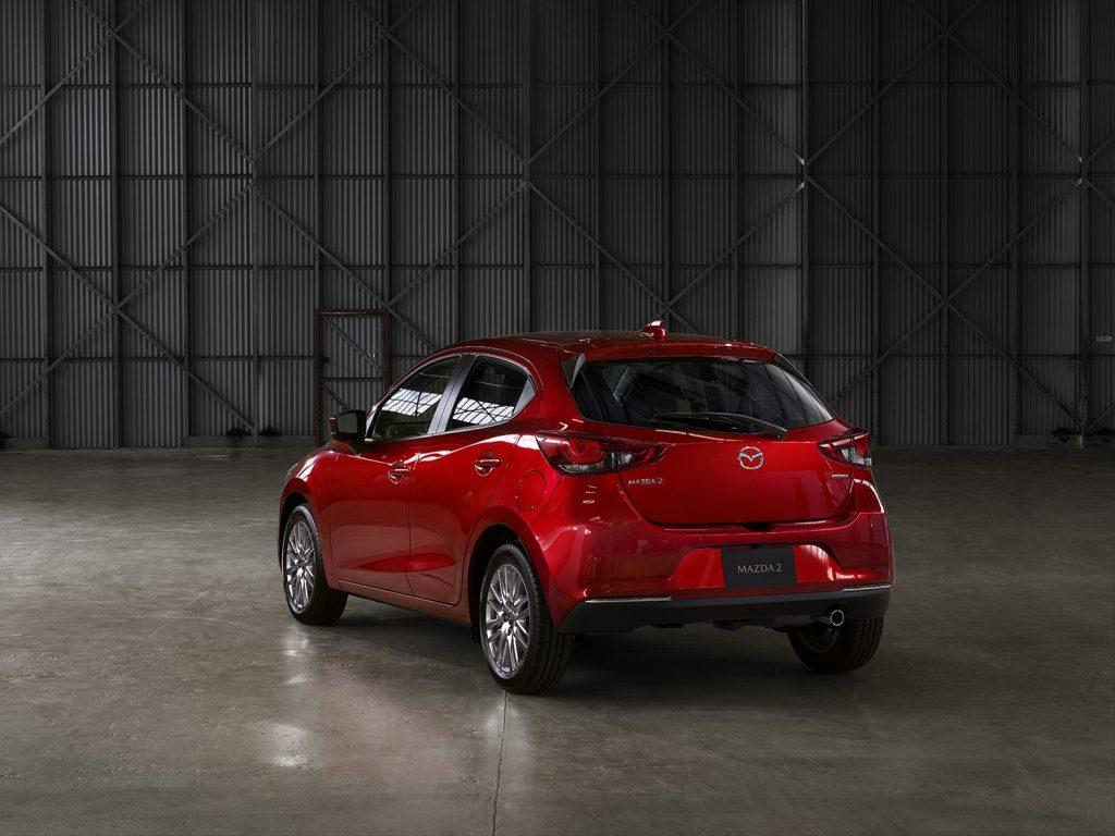 Mazda 2 hatchback 2022 híbrido en México color rojo